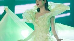 Hà Hồ diện váy dài 4m, bao phủ cả 10 vũ công
