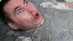"""Video: Người đàn ông dại dột """"tắm"""" bằng...xi măng"""