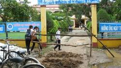 Dân rào cổng trường, yêu sách với UBND huyện