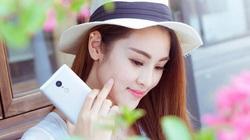"""Mỹ nữ """"tự sướng"""" bên smartphone"""