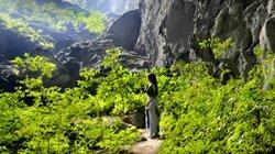 Tà áo dài Việt và lời cầu hôn trong hang Sơn Đoòng