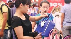 """Tín đồ Hà Thành đổ xô """"săn"""" hàng hiệu giảm giá"""