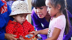 Việt Hương đưa con gái cùng đi làm từ thiện