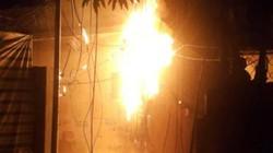 Cả khu phố náo loạn vì cột điện bốc cháy giữa đêm