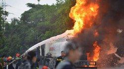 Hà Nội: Đang bơm vào cây xăng, xe bồn bỗng phát cháy dữ dội