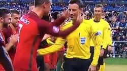"""Hành động """"lạ"""" của Ronaldo với trọng tài Clattenburg ở CK EURO"""