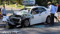 """Xe khách và ô tô con """"đấu đầu"""", 4 người bị thương"""