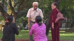 Clip: Mẹ Vũ Văn Tiến vái lạy gia đình bị thảm sát ở Bình Phước