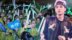 Hàng trăm fan đội mưa xem Sơn Tùng biểu diễn