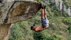 Thót tim cảnh dùng bàn chân treo ngược người trên vách đá