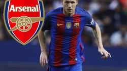 """Khủng hoảng hàng thủ, Wenger mua """"người thừa"""" của Barcelona"""
