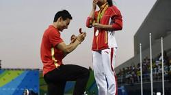 Clip: VĐV Trung Quốc cầu hôn bạn gái trên bục trao huy chương