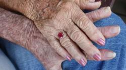 Bác sĩ già suốt 4 tháng cố hồi sinh chồng bằng nước thánh