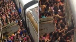 Kinh hoàng cảnh phụ nữ chen lấn lên tàu ở Ấn Độ