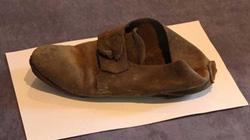 """Chiếc giày 300 tuổi """"trấn yểm ma quỷ"""" trong bức tường ĐH Cambridge"""
