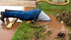 Ảnh công nhân cắm đầu trong bùn làm việc gây sốt ở Mỹ