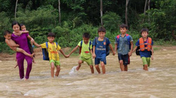 Học sinh lội sông đến trường