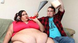 Cô gái nặng 300 kg vẫn được bạn trai vỗ béo bằng phễu