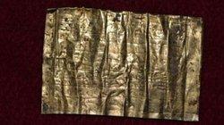 Khám phá bí ẩn về miếng vàng khắc lời nguyền 2.000 năm