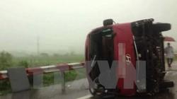 Xe khách tông xe container trong đêm, 17 người thương vong