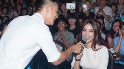 Đức Tuấn mời Phạm Hương khoe giọng trước hàng trăm sinh viên