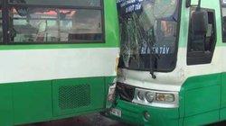 """Hai xe buýt đâm nhau biến dạng vì biển quảng cáo """"trên trời"""" rơi xuống"""