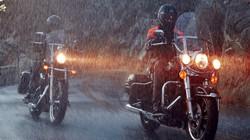 Những lưu ý khi lái môtô trong trời mưa, bão nguy hiểm