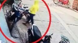 """Clip: """"Nữ quái"""" thản nhiên trộm xe ngay giữa phố"""