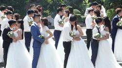 """40 cặp uyên ương """"rủ nhau"""" chụp ảnh cưới tập thể ở Hà Nội"""