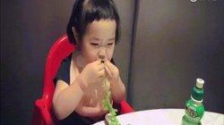 Chỉ ngồi ăn rau, cô bé này cũng hút cả triệu người xem