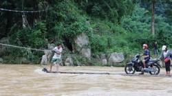 Rùng mình cảnh phụ nữ, trẻ em vượt sông Luồng bằng bè mảng
