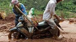 Con chết ngạt trong bụng vì mẹ không thể vượt bùn lầy do mưa lũ đi sinh