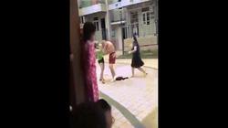 Hai cô gái hợp sức lột quần áo, quây đánh người đàn ông giữa phố