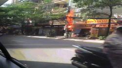 Clip: Cột điện cháy đùng đùng, nổ như pháo trên phố HN
