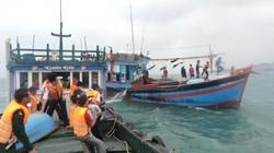 Cứu hộ tàu cá chở 4 người suýt chìm trên biển Quảng Ninh