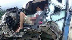 Xe tải nát bét đầu, 2 người kẹt trong ca bin sau va chạm kinh hoàng