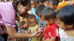 Trở lại vùng rốn lũ Điện Biên, tặng quà cho học sinh nghèo