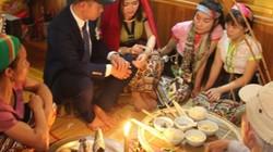 """""""Làm vía"""" - buộc chỉ cổ tay, nét văn hóa truyền thống của người Thái"""
