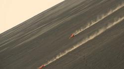 Thót tim với những pha trượt trên sườn núi lửa của du khách