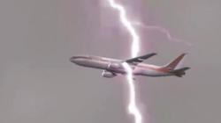 Clip: Thót tim nhìn lại những khoảnh khắc máy bay bị sét đánh