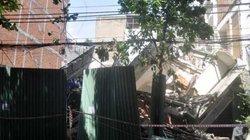Tan hoang hiện trường nhà 3 tầng đổ sập, đè nát nhà hàng xóm