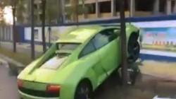 Mượn siêu xe gây ấn tượng với bạn gái, không ngờ đâm phải cây
