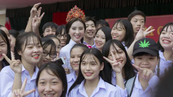 Hoa hậu Trần Ngọc Trâm tặng cặp sách cho học sinh vùng cao biên giới
