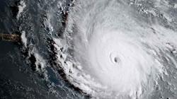 """Siêu bão """"quái vật"""" khiến hòn đảo Caribe không sống nổi"""