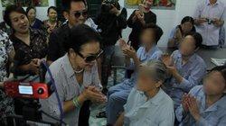Ca sĩ Khánh Ly bật khóc khi trao quà cho bệnh nhân tâm thần