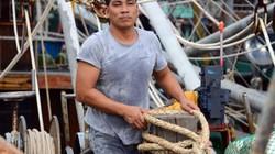 """Cận cảnh: Ngư dân Quảng Ninh lắp thiết bị """"khủng"""" chuẩn bị ra khơi"""