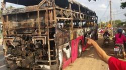 Hành khách hoảng loạn tháo chạy khỏi xe khách bốc cháy dữ dội