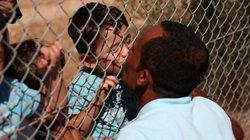 Ảnh ông bố Syria hôn con qua hàng rào thép khiến triệu người xúc động