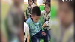 Hành động cực yêu của cô bé khi bạn ngủ gật trong lớp
