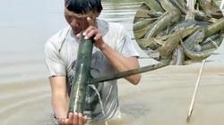 """Dầm mình dưới nước cả ngày để """"săn"""" cá bống ở đáy sông Trà Khúc"""